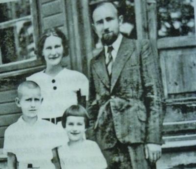 Анатолий Смилингис с сестрой и родителями в 1939 году