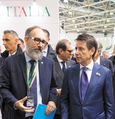 Рафаэль Прати (Biesse Group) и Паоло Ломбардини (SCM) во время визита премьер-министра Италии Джузеппе Конте