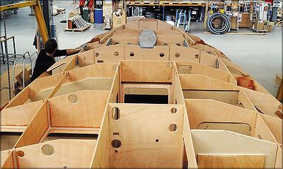 Корпус яхты из фанерыв процессе строительства на стапеле