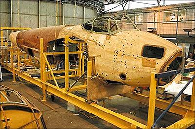 Самолет de Havilland Mosquito (DH-98). Великобритания – фюзеляж-монокок из фанеры на стапеле в процессе реставрации