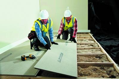 Рис. 4. Древесно-стружечные плиты класса Р5 в строительстве: слева – шпунтованные плиты Caberdeck от компании Norbord для устройства перекрытий; справа – плиты esb в каркасных деревянных конструкциях
