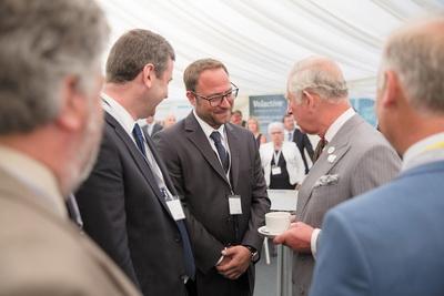 Вице-президент Polytechnik Лукас Ширнхофер беседует с Его королевским высочеством принцем Чарльзом