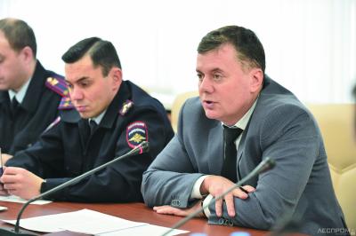 Идет обсуждение проблемы. Слева направо: Андрей Перловас и Эдуард Слабиков