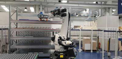 Робот Kuka составляет комплекты из заготовок для их передачи на сборку