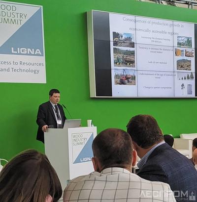 Директор по развитию «ЛесПромИнформ» Александр Тамби открыл конференцию докладом «Сырьевое обеспечение и технологическая интеграция деревообрабатывающих предприятий в России».