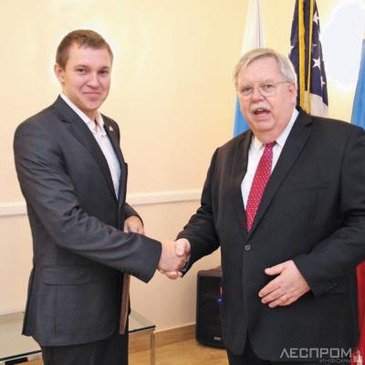 Руслан Сайдулин и посол США Джон Теффт