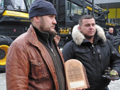 Евгений Желейко и Сергей Шолпан на церемонии передачи юбилейной машины