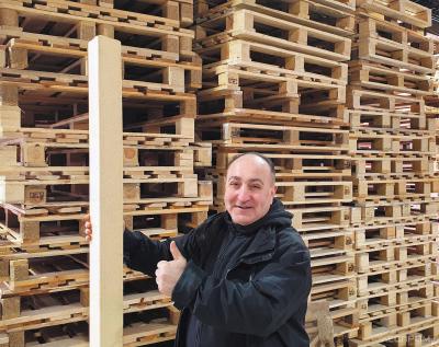 Директор Grand Wood Артур Киракосян демонстрирует прессованный брус