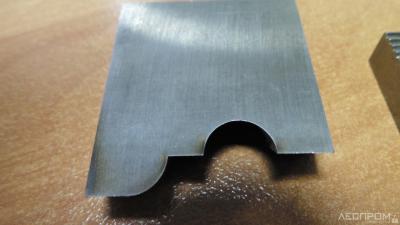 Рис. 6. Выгорание металла по всей задней поверхности ножа (вид спереди)