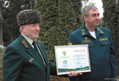 Глава Рослесозащиты Виталий Акбердин вручает почетную грамоту директору ЦЗЛ ЧР Хасану Хазуеву, отмечая успех филиала в 2020 г.