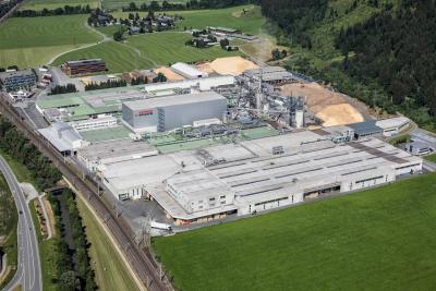 Завод Egger по производству древесно-стружечных плит в городе Бискупец в Польше