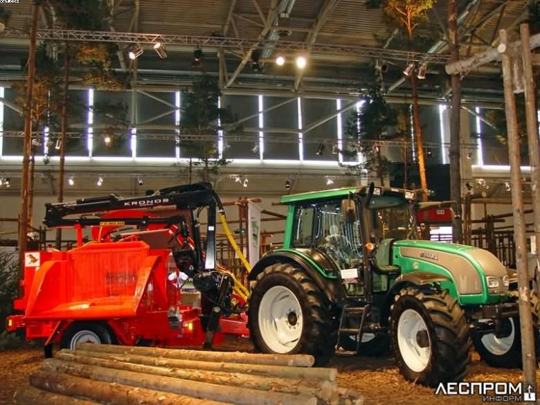 Трактор Valtra с прицепной рубительной машиной