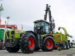 Трактор Claas и мобильная рубительная машина Jenz Hem 561