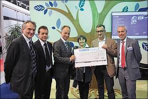 Представители Homag Group вручают сертификат на 2,5 тыс. евро благотворительной организации Solaris