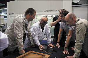 Участники тура обсуждают вопросы покраски деталей на заводе Superfici (SCM Group) в г.Монц