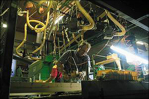 Участок ремонта клееного бруса. Мастера вырезают дефекты и заделывают их разнообразными заплатками