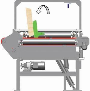 В кромкообрезной станок доски подаются транспортером.