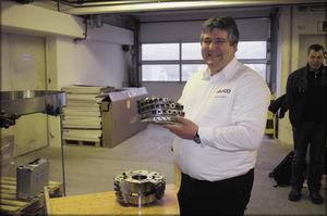 Доктор Мартин Дресслер показывает «самый тяжелый инструмент Leuco»