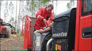Юрий Турунцев проверяет двигатель при первом ТО