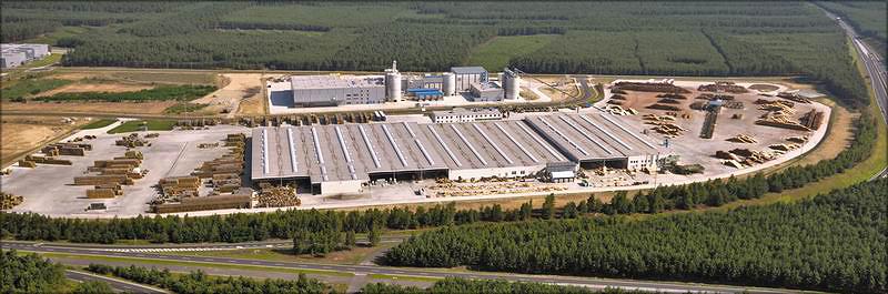 Комплекс с нижним складом SAB, профилирующей лесопильной установкой SAB, участком дальнейшей переработки пиломатериала, а также участком переработки древесных отходов HAAS, включающим изготовление топливных гранул