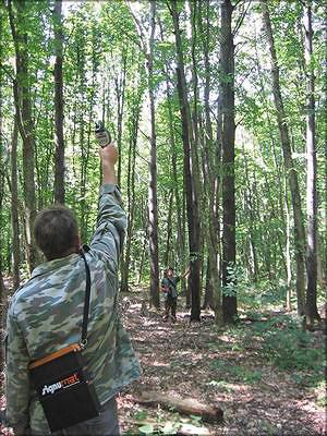 Рис. 13. Контрольные замеры высоты модельных деревьев высотомером