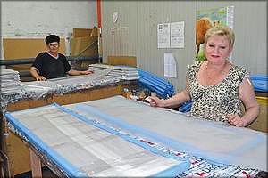 Упаковка готовых деталей мебели производится вручную