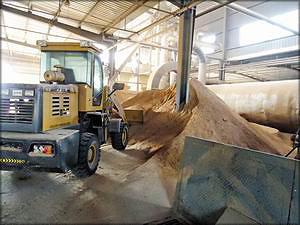 На пеллетном заводе в районе Шаньдун, Китай