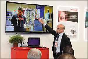 Владимир Семенов, ведущий консультант по процессам ЦБП Honeywell ProcessSolutions, ведет презентацию продукции компании на выставке PAP-FOR