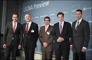 Слева направо: выступающие на пресс-конференции Йохен Кёклер (Deutsche Messe AG), Вольфганг Пёшль (Michael Weinig AG), Юрген Яспернайте (IOSB-INA), Мартин Бреттенталер (PAVATEX) и Янне Маркала (John Deere Forestry Oy)