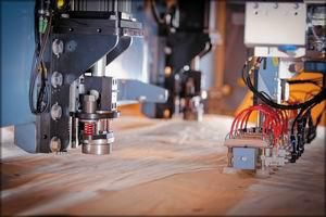 Группа компаний «Свеза » установила автоматическую линию починки шпона Raute P2 уже на четырех своих заводах. В общей сложности «Свеза » располагает 21 шпонопочиночным блоком, с помощью которых было произведено более 200 млн вставок