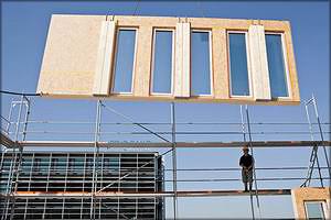 Монтаж фасадных панелей с клееными колоннами
