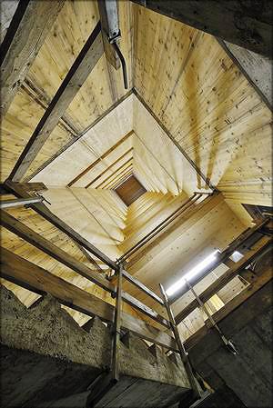 Лестничная шахта из древесины с бетонной лестницей