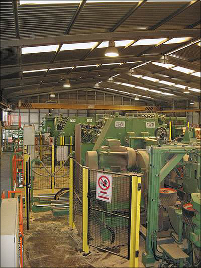 Профилирующая установка производства компании SAB для распиловки бревен длиной от 80 см на палетном заводе Costa, Португалия