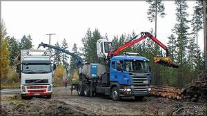Рис. 2. Работа рубительной машины Bruks на шасси автомобиля Scania: измельчение малоценной древесины в топливную щепу с погрузкой в щеповоз на площадке у дороги, Финляндия