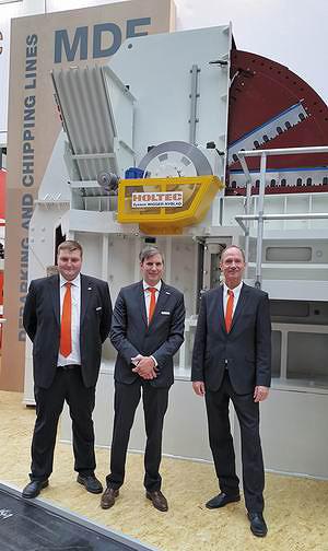 Алекс Хекманн и Александр Гебеле (Holtec), Карл Йозеф Эрлих (NYBLAD) на фоне дисковой рубительной машины для производства щепы для MDF