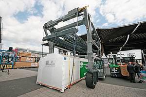 Компактный перегружатель контейнеров или пакетов досок Combilift серии SC. Грузоподоъемность – до 35 тонн