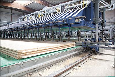 а – передвижной холодный пресс, на левой платформе – готовая панель, на правой – набранный пакет, пресс опускается в рабочее положение