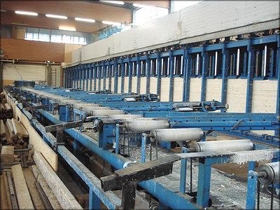 Рис. 4. Склеивание балки с переменной высотой сечения на заводе Stephan Holzbau