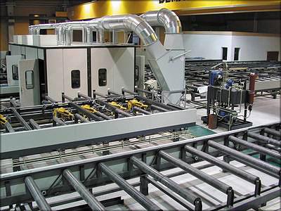 Рис. 3. Участок строжки клееных элементов на базе станка Ledinek Superles: слева – общий вид участка, справа – станок в шумоизолирующей кабине