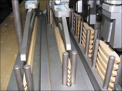 Рис. 12. Внешний вид робота WoodFIX, заполнение клеем паза под заглушку, набор разных заглушек в запасе