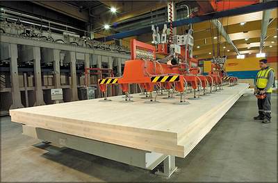 Рис. 21. Панель перекрытия на заводе Stora Enso, изготовленная на обрабатывающем центре Hundegger PBA. Для манипуляций используется кран с вакуумным захватом Voith