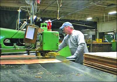 Рис. 7. Шпонопочиночный станок Raimann и современная роботизированная линия шпонопочинки фирмы Ventek Inc.