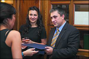 Михаил Дмитриев («ЛесПромИнформ») получает грамоту и приз «Лучшему медиа-партнеру» из рук представителей Института Адама Смита