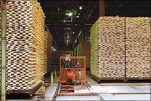 Рис. 25. Высокие сушильные штабели на рельсовых тележках и электротележка для распределения штабелей по камерам