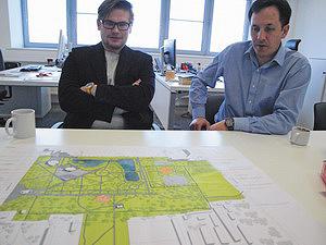 Евгений Лыюров обсуждает планировку парка с Андреем Поляковым, руководителем проектов в коммуникационном агентстве АГТ