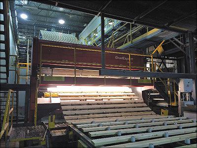 Рис. 7. Сканер Grade Expert фирмы Comact (Канада) сканирует пиломатериалы на наклонном конвейере