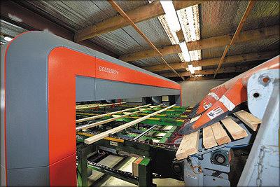 Рис. 9. Пиломатериалы на заводе новозеландской компании CHH проходят сначала через многосенсорный сканер GoldenEye 900, затем через рентгеновский сканер и установку Viscan Plus