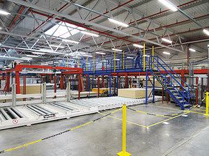 Линия раскроя и продольной кромкооблицовки. Панели поступают на линию раскроя с помощью автоматической системы доставки с завода по производству ЛДСП. Производительность линии раскроя – 70 м3/ч