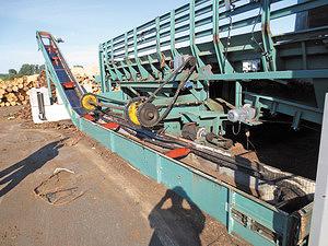 Рис. 1. Система удаления мусора, включающая скребки для выметания из-под конвейера и скребковый конвейер для сбора отходов в кучу