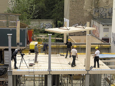 Рис. 1. Монтаж массивных деревянных панелей перекрытия при строительстве здания Е3 в Берлине